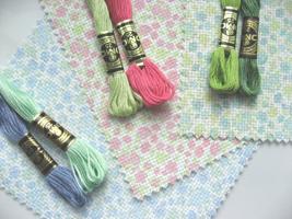 Les toiles sont disponibles dans trois coloris gais et acidulés, à dominante de bleu, de rose et de vert
