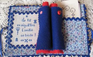 tissus et galons assortis dans des variations de bleu.