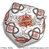 Biscornu Rose sépia (coussin à alliances) grille point de croix création Faby Reilly