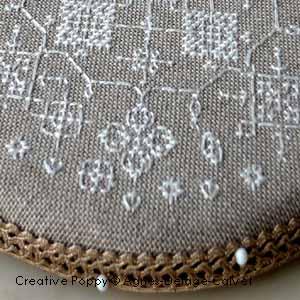 Pinkeep rond aux dentelles blanches, grille de broderie, création Agnès Delage-Calvet, zoom 1