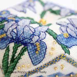 Biscornu iris, broderie point de croix, création Faby Reilly