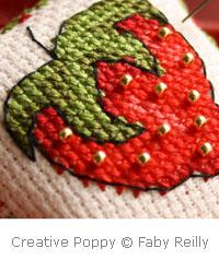 <b>Petite Faby - Coussin pique-aiguilles fraise</b><br>grille point de croix<br>création <b>Faby Reilly</b>