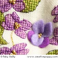 <b>Biscornu violette</b><br>grille point de croix<br>création <b>Faby Reilly</b>