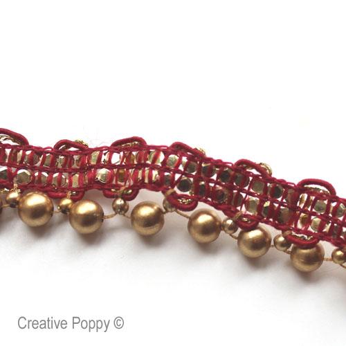 un galon avec des perles déjà enfilées et cousues sur un ruban
