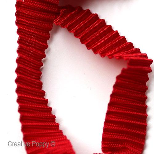 un ruban a texture plissée pour suspendre vos décorations de Noël brodées