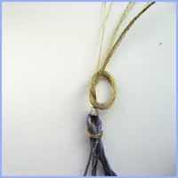 faites un noeud simple au dessus de la perle.