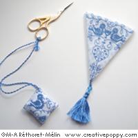 Accessoires de broderie aux oiseaux bleus, broderie point de croix, création Marie-Anne Réthoret-Melin