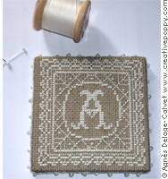 Pinkeep dentelles avec monogrammes, broderie point de croix, création Agnès Delage Calvet