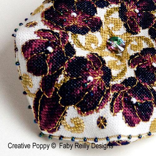 Biscornu Tulipe noire broderie point de croix, création Faby Reilly, zoom2