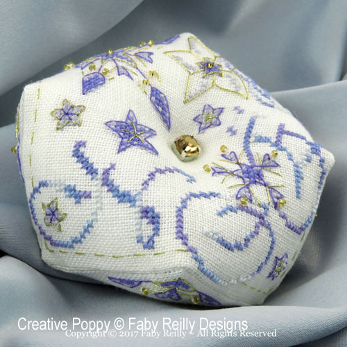 Biscornu Etoile Frosty, grille de broderie, création Faby Reilly