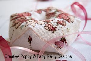 <b>Biscornu couronne de magnolias</b><br>grille point de croix<br>création <b>Faby Reilly</b>