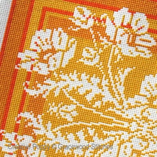 Gracewood Stitches - Juillet - Abeilles et pavots, zoom 1 (grille de broderie point de croix)