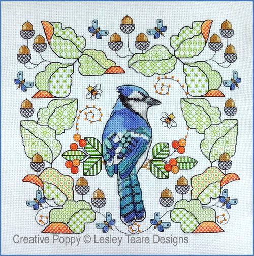 Geai bleu aux feuilles de chêne, grille de broderie, création Lesley Teare