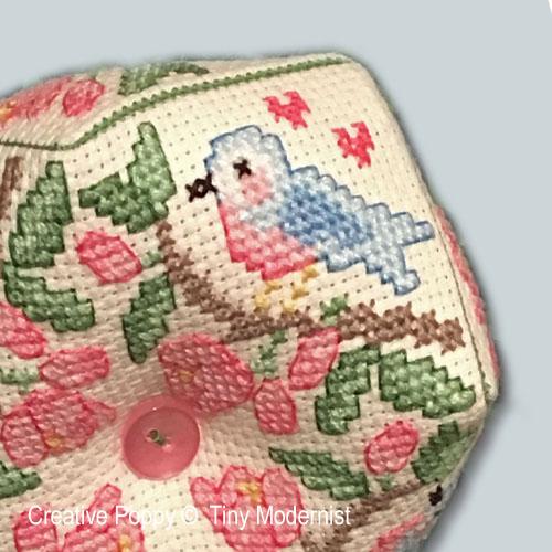 Biscornu à l'oiseau bleu, grille de broderie, création Tiny Modernist