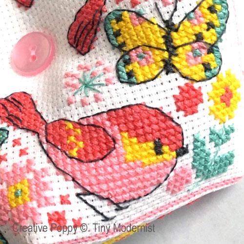 Biscornu au papillon, grille de broderie, création Tiny Modernist