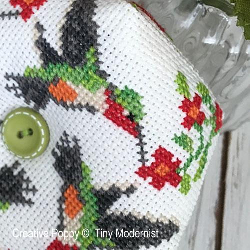 Tiny Modernist - Biscornu aux colibris, zoom 1 (grille de broderie point de croix)